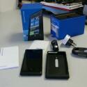 Nokia legt dem Lumia 800 eine Schutzhülle und ein stylisches Ladegerät bei. (Bild: netzwelt)