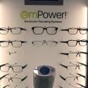 Auf der CES 2012 zeigt PixelOptics ein breites Feld an Gestellen seiner elektronischen Gleitsichtbrillen. (Bild: netzwelt)