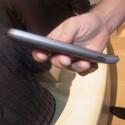 Das Smartphone bietet an der Unterseite einen Knick. (Bild: netzwelt)