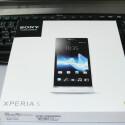 Quadratisch und flach: Die Verpackung des Sony Xperia S. (Bild: netzwelt)