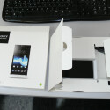 """Um das Smartphone aus der Verpackung zu holen, muss der Nutzer viele """"Kläppchen"""" öffnen. (Bild: netzwelt)"""