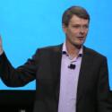 Stolz zeigt RIMs neuer Chef Thorsten Heins das BlackBerry 10 Dev Alpha genannte Gerät. (Bild: Screenshot YouTube/BlackBerry)