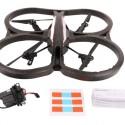 Neben den Aufklebern für die Augmented Reality-Spiele und die beiden Drohnen-Gehäuse sind ein Akku und ein Ladegerät im Lieferumfang enthalten. (Bild: netzwelt)
