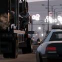 Auf der Flucht vor der Polizei können sich Spieler auch an fahrende Lastwagen klammern. (Bild: Rockstar Games)