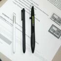Samsung legt dem Note 10.1 einen neuen SPen bei (links), wer will kann sich auch ein Modell mit digitalem Radiergummi dazu kaufen (Mitte). Beide Stifte sind dünner als ein Kulli. (Bild: netzwelt)