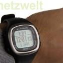 Die GPS-Uhr kann sich mit dem Brustgurt verbinden und gibt dann unter anderem Informationen über den eigenen Puls an. (Bild: netzwelt)