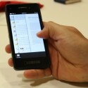 BlackBerry 10 erlaubt echtes Multitasking. Mittels Fingerwisch kann der Nutzer beispielsweise gleichzeitig eine E-Mail mit Kommentaren zu einer PDF-Datei lesen, die er gerade betrachtet. (Bild: netzwelt)