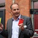 Nokias Stephan Schwartz präsentierte in Berlin das Lumia 920 (links) und das Lumia 820 (rechts). (Bild: netzwelt)