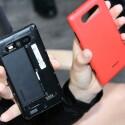 Die Rückseite des Lumia 820 kann schnell ausgetauscht werden. (Bild: netzwelt)