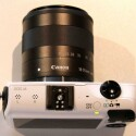 Der Kamera fehlt ein internes Blitzlicht, stattdessen gehört ein Aufsteckblitz zur Standardausstattung. (Bild: netzwelt)