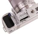 Wie bei fast allen Kameras kommen ein Lithium-Ionen-Akku und eine SD- oder SDHC-Speicherkarte zum Einsatz, wobei Sony immer noch die hauseigenen Memory Sticks unterstützt. (Bild: netzwelt)