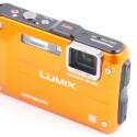 Die robuste Kamera kann zwölf Meter tief tauchen und zwei Meter tief stürzen ohne Schaden zu nehmen. Bis -10 Grad soll sie zudem ohne Einschränkung funktionieren. (Bild: netzwelt)