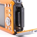 Die Kamera verfügt über einen HDMI- und einen USB-Anschluss - jeweils in der Mini-Variante. Der LiIthium-Ionen-Akku und der SD-Kartenschacht gehören zur üblichen Ausstattung. (Bild: netzwelt)