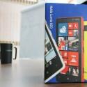 Das Nokia Lumia 820 kommt in einen simplen Pappkarton im typischen Nokia-Design daher. (Bild: netzwelt)