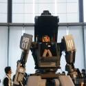 Glückliche Zuschauer der Messe durften selbst in dem Roboter sitzen. (Bild: The Verge)