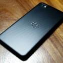 Die Rückseite sieht genau so aus, wie die des derzeit auf der offiziellen RIM-Seite präsentierten Smartphones. (Bild: tinhte.vn)