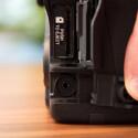 Unter einer dicken Gummiabdeckung befindet sich der Anschluss für den Fernauslöser. Alternativ kann die Kamera auch über einen Infrarot-Auslöser bedient werden. (Bild: netzwelt)