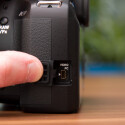 Auf Anschlüsse verzichtet Pentax weitestgehend. Lediglich ein USB-Ausgang befindet sich auf de linken Seite. (Bild: netzwelt)