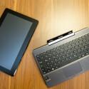 Das T100 gehört mit einem Gewicht knapp über 500 Gramm zu den leichtesten Windows 8-Tablets. (Bild: netzwelt)