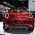 Als SUC (Sport Utility Coupe) bezeichnet Smart seine Studie Forstars. Besonderer Clou: Auf der Motorhaube ist ein Beamer integriert, der per Bluetooth angesteuert werden kann und den Forstars zum Autokino mutieren lässt. (Bild: netzwelt)