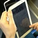 Größenvergleich mit einem Smartphone, wahrscheinlich dem HTC One X. (Bild: dday.it)