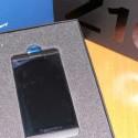 Nach einem weiteren Handgriff ist auch das Smartphone sichtbar. (Bild: netzwelt)