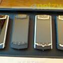 Das Vertu Ti gibt es in vier Ausführungen. Die günstigste (links) kostet 7.900 Euro, die teuerste 16.500 Euro. (Bild: netzwelt)