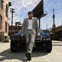 Der Herr vor dem Auto strahlt jede Menge Lässigkeit aus. (Bild: Rockstar Games)