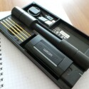 Der Hersteller liefert Mini-USB-Kabel und Ersatz-Minen mit. (Bild: netzwelt)