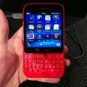 Das BlackBerry Q5 gibt es auch in leuchtenden Farben wie Rot und Pink. (Bild: netzwelt)