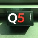 Ankündigung in Signalfarben: Das vergleichsweise günstige BlackBerry Q5 hält äußerlich nicht viel von vornehmer Zurückhaltung. (Bild: netzwelt)