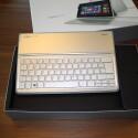 Das Gewicht der Tastatur-Einheit fällt mit über 500 Gramm recht hoch aus, was vor allem am umspannenden Kunstleder liegt. (Bild: netzwelt)