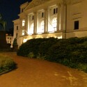 HTC One Mini mit Blitz: Bei dieser Aufnahme ist das Rathaus Altona zwar gut zu erkennen, das Bild weist jedoch ebenfalls starkes Rauschen auf. (Bild: netzwelt)