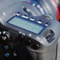 Canon hat das Bedienkonzept neu entwickelt und verbaut ein 8-Wege-Steuerkreuz. (Bild: netzwelt)