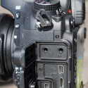 Neben USB- und HDMI-Anschluss bietet die Nikon D600 die Möglichkeit einexternes Mikrofon sowie Kopfhörer anzuschließen. Auch um ein GPS-Modul kann die Kamera ergänzt werden. (Bild: netzwelt)