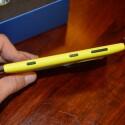 An der Seite befinden sich ein Ein-/Aus-Schalter, eine Kamerataste und die Lautstärkewippe. (Bild: netzwelt)