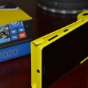 Das Lumia 1020 wird in die Camera Grip gesteckt. (Bild: netzwelt)