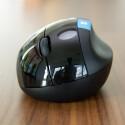 Ebenfalls optisch gewöhnungsbedürftig und nur für Rechtshänder geeignet: Die zugehörige Maus. (Bild: netzwelt)