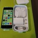Der Lieferumfang, bestehend aus Netzeil, Kopfhörern und Papierkram, deckt sich mit dem des iPhone 5. (Bild: netzwelt)
