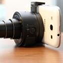 """Über eine Halterung wird die Kamera an das Smartphone """"geklippt"""". (Bild: netzwelt)"""