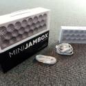 Die bisher kleinste Jambox von Jawbone wird in einem schicken Karton geliefert. Mit dabvei: ein Micro-USB-Kabel zum Aufladen und ein flaches Cinch-Kabel. (Bild: netzwelt)