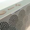 Die Wiedergabe und Lautstärke kann man per Smartphone oder auch mit den Tasten an der Oberseite der Mini Jambox steuern. (Bild: netzwelt)