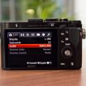 Über das Wahlrad auf der Rückseite der Kamera kann man schnell durch das Menü navigieren. (Bild: netzwelt)