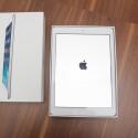 Das iPad Air kommt direkt nach dem Auspacken zum Vorschein und ist noch einmal extra in Klarsichtfolie eingepackt. (Bild: netzwelt)