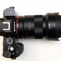 Das Gehäuse der Alpha 7R ist sehr kompakt gebaut. Das lichtstarke Zeiss-Objektiv ragt deutlich darüber hinaus. (Bild: netzwelt)