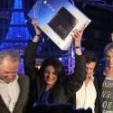 Überglücklich: Die erste PS4-Käuferin in Deutschland Beriwan Wenzke freut sich über ihre Konsole. (Bild: netzwelt)