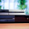 Im direkten Vergleich mit der Xbox One fällt die Sony PlayStation 4 deutlich kompakter aus. (Bild: netzwelt)