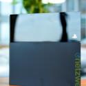 Die zweigeteilte Front sieht schick aus, bei der Materialgüte ist aber noch Luft nach oben. Der glänzende Teil des Gehäuses lässt sich abziehen - zum Vorschein kommt die Festplatte. (Bild: netzwelt)