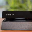 Das Slot-In-Laufwerk liest auch Blu-rays, verweigert bei 3D-Titeln und Audio-CDs die Zusammenarbeit. (Bild: netzwelt)