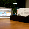 Der Lieferumfang fällt durchschnittlich aus. Es finden sich Netzteil, USB-Kabel, Anleitungen und zwei kleine Gummifüße im Karton. (Bild: netzwelt)